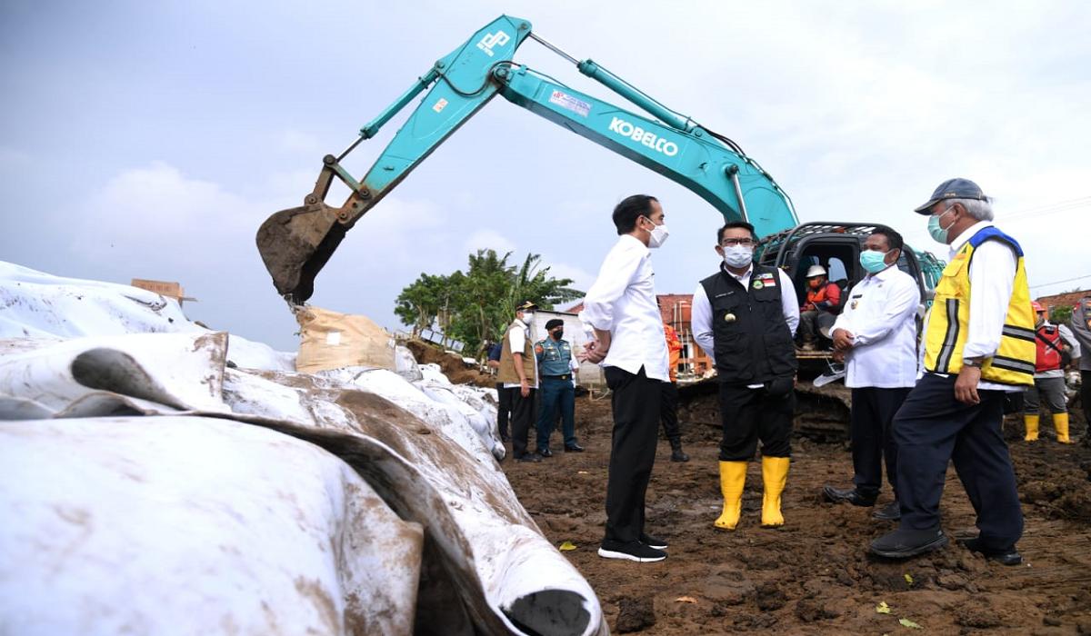 Jokowi Tinjau Perbaikan Tanggul Sungai Citarum