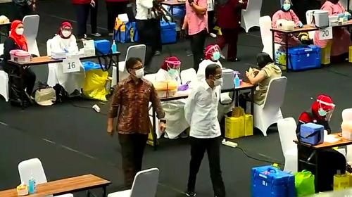 Jokowi Tinjau Vaksinasi Massal